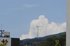 晴れて、白い雲が