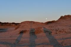 夕陽の後ろには、月が登り