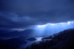 三方湖を照らす