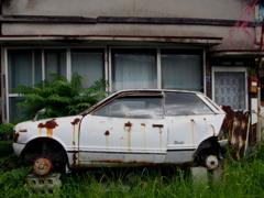 家ともに 朽ちる車や そっと秋