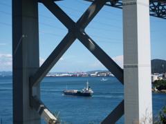 海峡の 橋をくぐりし 貨物船
