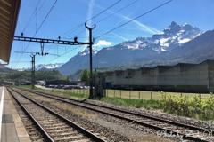 飛行機雲とスイスアルプス