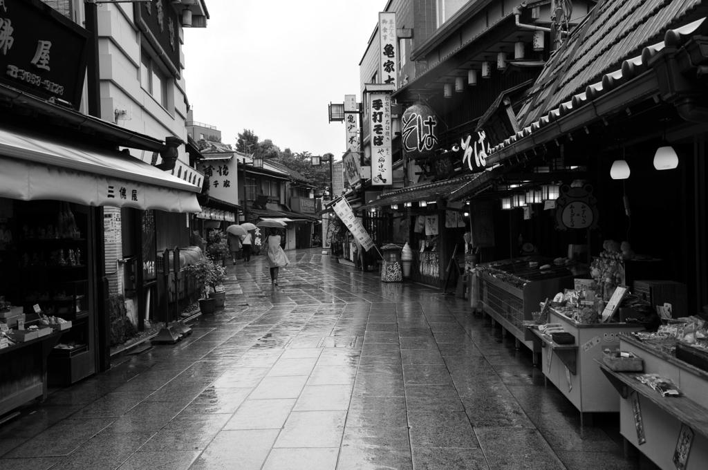雨の帝釈天参道
