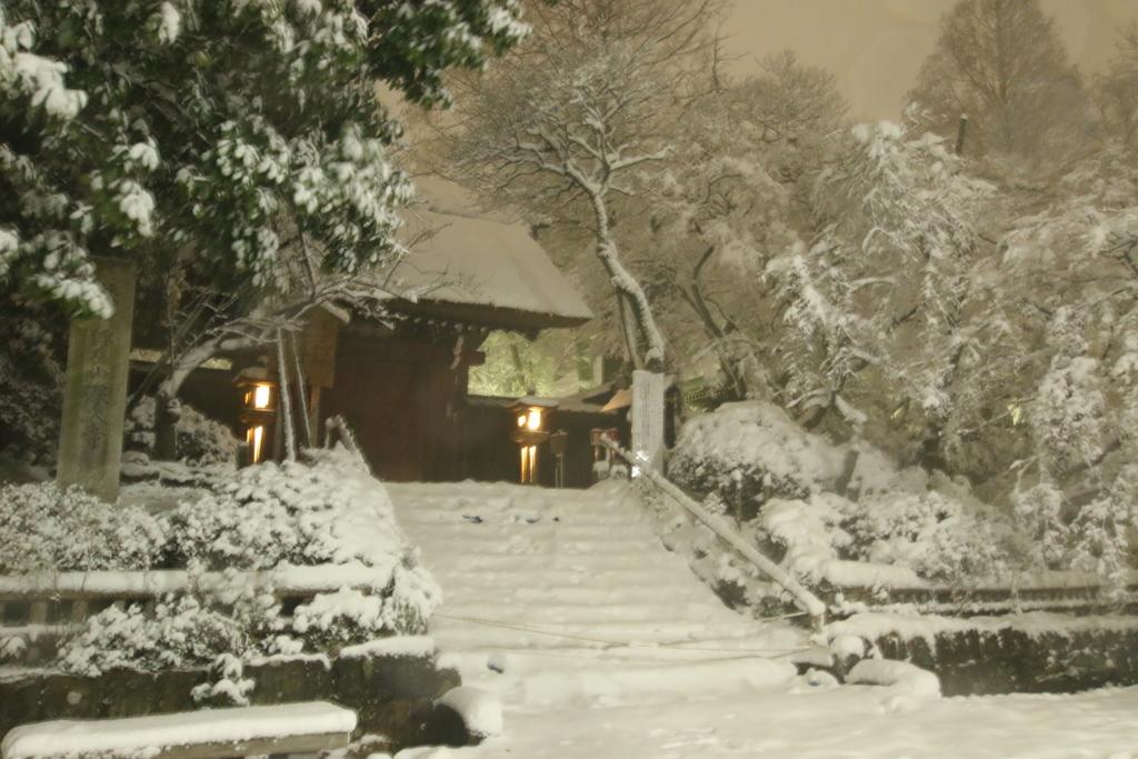 雪の深大寺山門