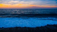 突如寄った海