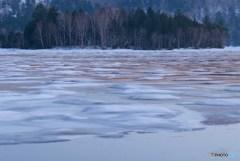 早春の尾瀬沼 雪解けの湖面