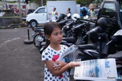 新聞売りの少女 バリの朝市にて