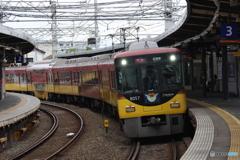 八幡市駅にて京阪8000系