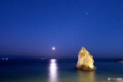 月と二ツ岩