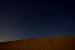 砂丘から見上げる