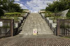 この階段にバイクで進入する強者がいるのだろうか?
