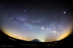 富士山の上に流れる天の川
