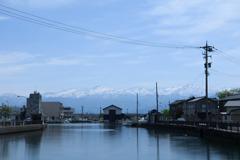 山の見える海辺の田舎町