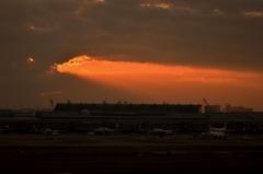 夕日の中の羽田空港第1ターミナル