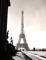 朝もやのエッフェル塔