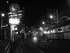 深夜の函館路面電車停留所