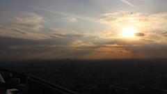 夕日と光芒とヘリコプター