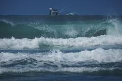 波の向こうに船