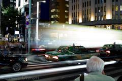 都会の夜の交差点