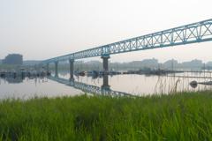 早朝の江戸川の、これは橋?何かの管?