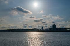 早朝の逆行に光る川の光