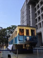 大阪市役所前に突如現れた昔の路面電車