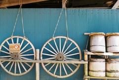 車輪と樽とトタン板