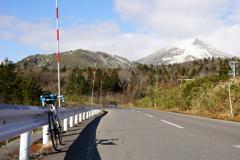 初冬の八甲田と道路の冬支度