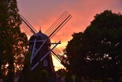 日暮れの風車