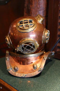昔の潜水具のミニチュアです。