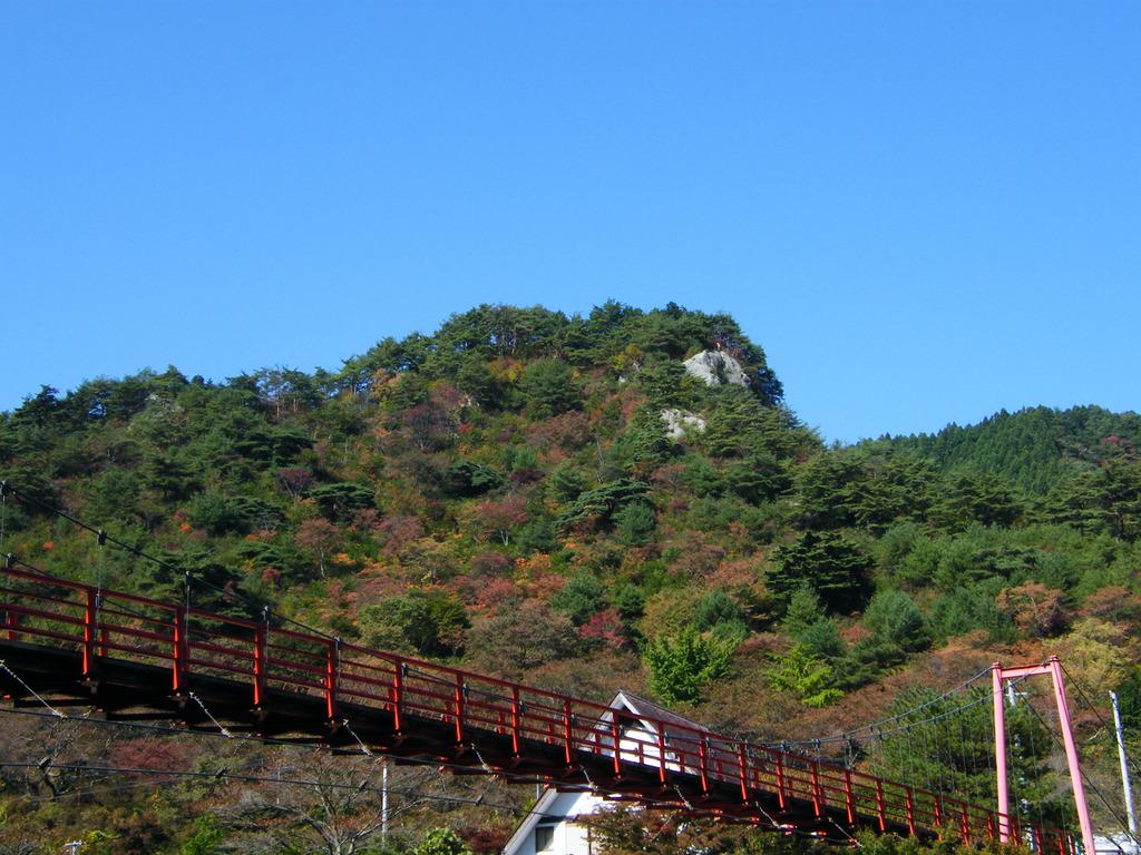 あゆのつり橋と紅葉し始めた矢祭山