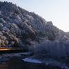 朝日を浴びる雪の藤衣岩