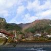 朝もやに包まれる晩秋の矢祭山とあゆのつり橋