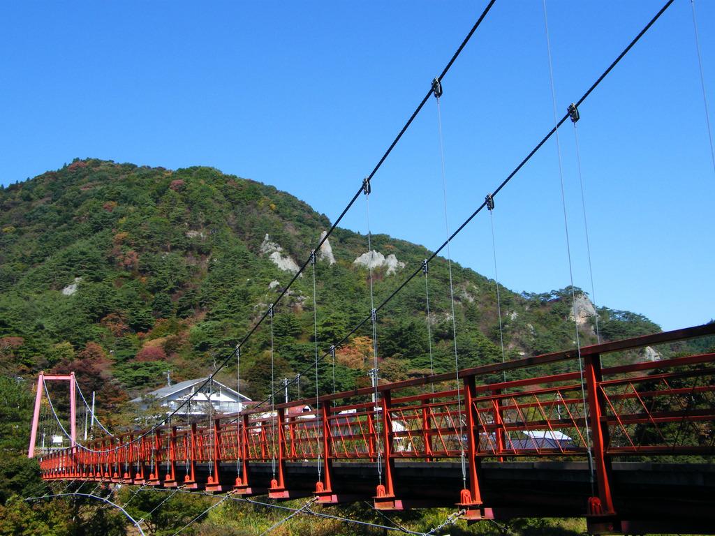 あゆのつり橋と紅葉し始めた矢祭山の奇岩群