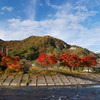 紅葉燃える矢祭山とあゆのつり橋
