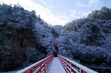 雪の東屋とあゆのつり橋