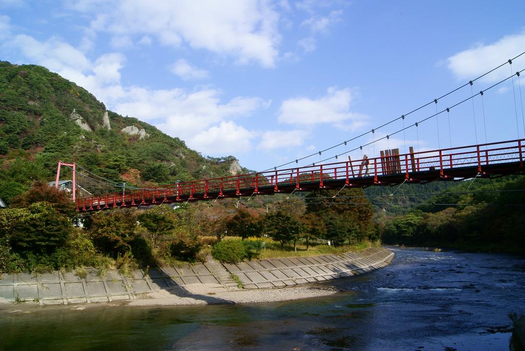 あゆのつり橋と久慈川と矢祭山と秋の空