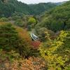秋の矢祭山を走る水郡線