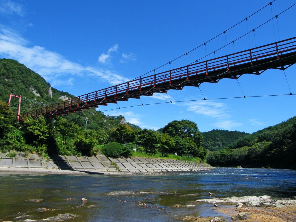 秋の空とあゆのつり橋