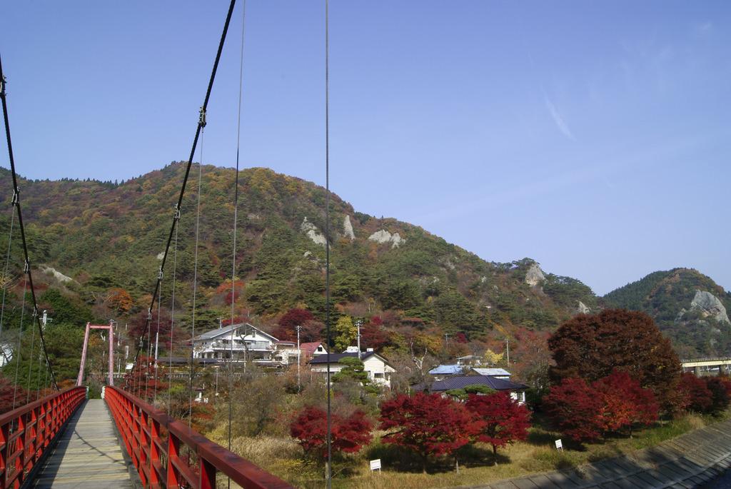 あゆのつり橋上から見た秋の矢祭山
