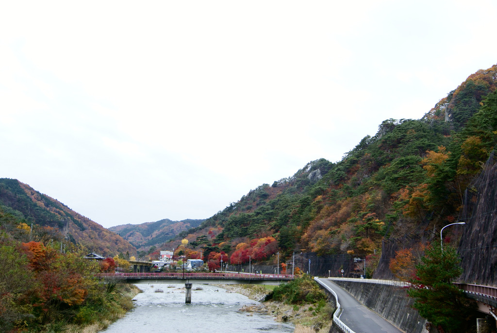矢祭大橋から見た錦秋の矢祭山