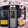 春爛漫の矢祭山駅を発車する水郡線