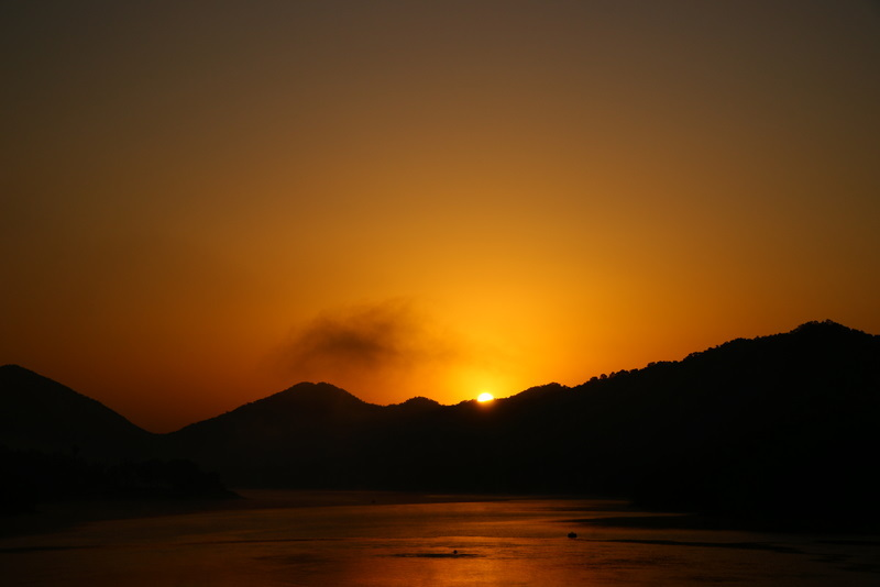 青野ダムの朝日