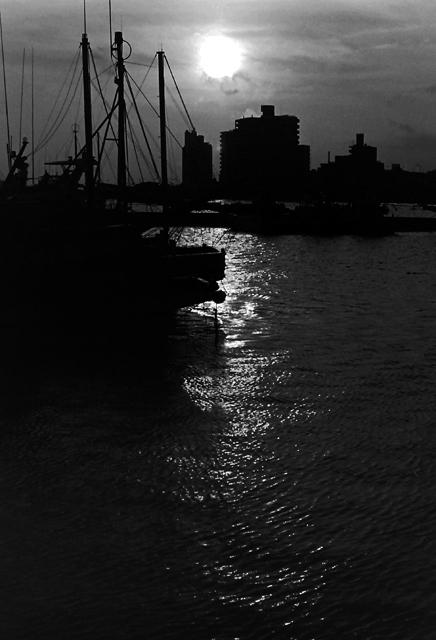 腰越漁港の夕日2