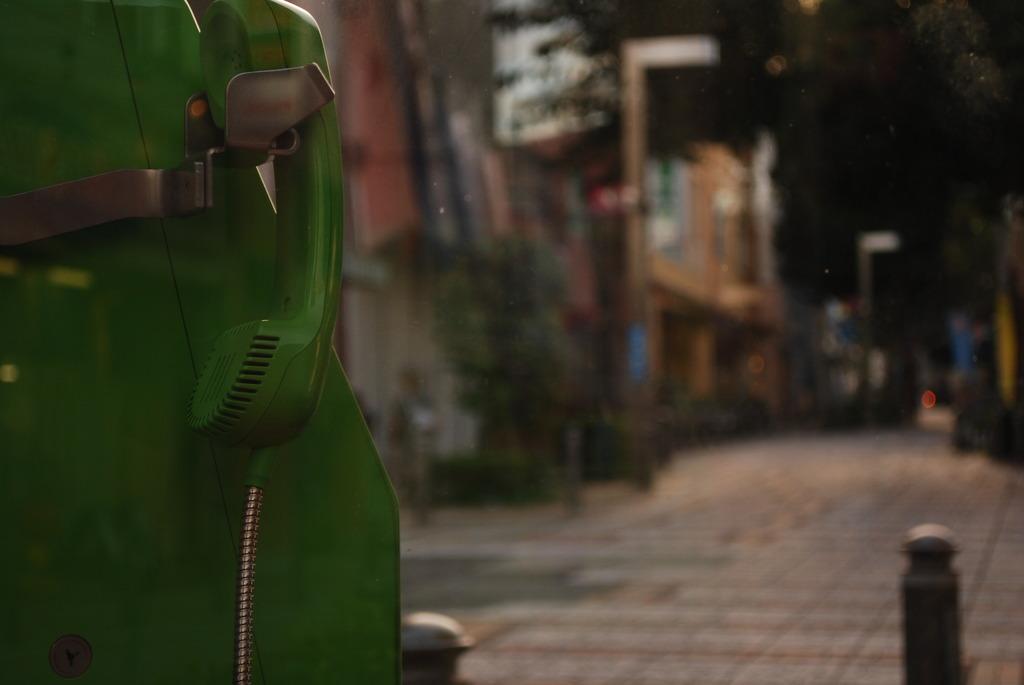 街中の緑電話