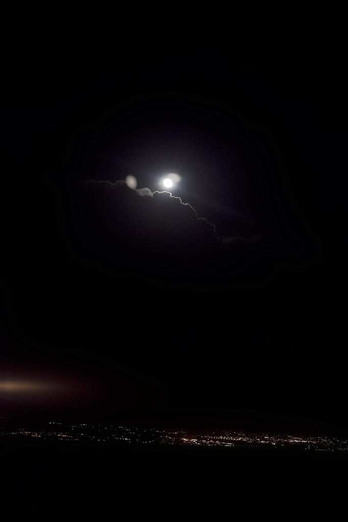 飛行機より満月を。