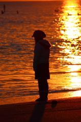 少女と夕日と海