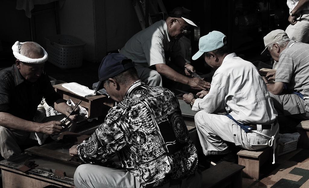 包丁を研ぐ男たち