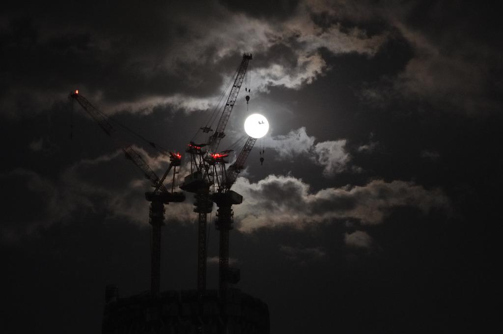 スカイツリーと月