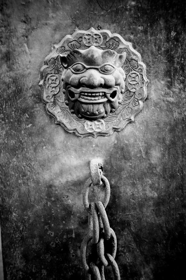 廃墟扉の彫刻